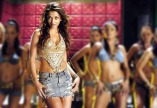 aishwariya-rai-dancing-in-group-miniskirt-dhoom2