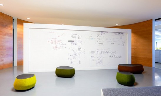 White-Board-in-Belkin's-Bright-Office-Architecture-Design-ideas