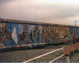 1280px-Berliner_Mauer_August_1985